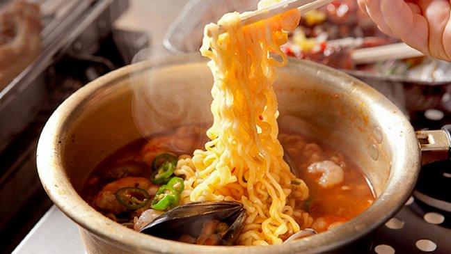 Mì Cay Shin Ramyun Nongshim được sản xuất từ những nguyên liệu chọn lọc, tươi ngon. Sợi mì dai giòn, súp thơm ngọt, cho món ăn đậm đà ...